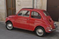 Czerwony Fiat 500 parkujący w ulicie obraz royalty free