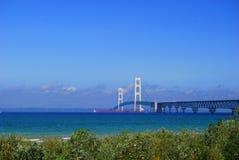 Czerwony Freighter Pod Możnym Mackinac mostem obraz stock