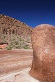 Czerwony głazu monolit w Pustynnym jarze Zdjęcia Stock