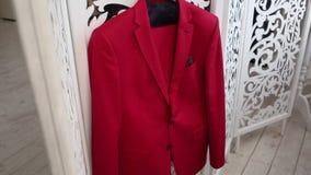 Czerwony garnitur wieszaka kostium zdjęcie wideo