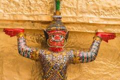 Czerwony Gigantyczny opiekun w Wata Phra Kaew świątyni fotografia stock