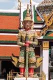 Czerwony Gigantyczny opiekun w Wata Phra Kaew świątyni obraz royalty free