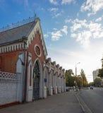 Czerwony gothic budynek i wieczór ulica Obrazy Royalty Free