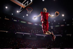 Czerwony gracz koszykówki w akci fotografia royalty free