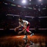 Czerwony gracz koszykówki w akci obrazy royalty free