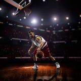 Czerwony gracz koszykówki w akci obrazy stock