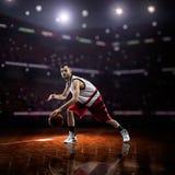 Czerwony gracz koszykówki w akci zdjęcie stock