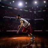 Czerwony gracz koszykówki w akci zdjęcia stock