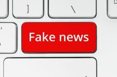 Czerwony guzik z Sfałszowanymi wiadomości słowami obrazy royalty free