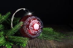 Czerwony Handpainted boże narodzenie ornament z Wiecznozielonym zdjęcia stock