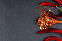 Czerwony i żółty chili pieprz suszący Na kamiennym czarnym tle zdjęcia royalty free