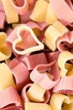 Czerwony i żółty serce kształtował makaron, odgórny widok, karmowy tło, ve Zdjęcia Stock