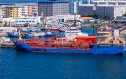Czerwony i Błękitny tankowiec w Gibraltar obrazy stock
