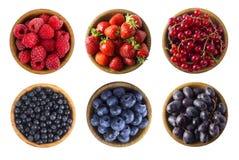 Czerwony i b??kitny jedzenie Malinki, truskawki, czerwoni rodzynki, czarne jagody, borówki i winogrona, obraz royalty free