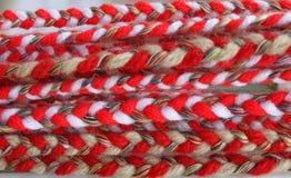 Czerwony i biały martenitsi na plenerowym rynku dla martenici Martenitsa lub martenitza dać na 1st Marzec jako symbol zdrowie i p Fotografia Royalty Free