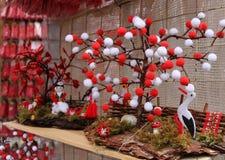 Czerwony i biały martenitsi na plenerowym rynku dla martenici na ulicie Martenitsa lub martenitza dać na 1st Marzec jako symbol Zdjęcie Royalty Free