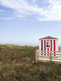 Czerwony i Biały odmienianie dom na plaży Zdjęcia Stock