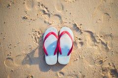 Czerwony i biały sandał na plaży Obraz Stock