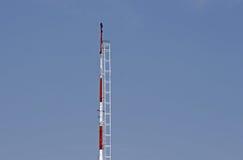 CZERWONY I BIAŁY radio maszt PRZECIW niebieskiemu niebu Zdjęcie Stock