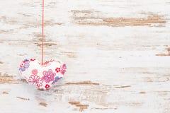 Czerwony i biały serce na rocznika drewnie Zdjęcia Stock