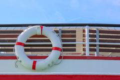 Czerwony i biały zbawczy torus lub lifebuoy obwieszenie fotografia stock