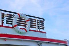 Czerwony i biały zbawczy torus lub lifebuoy obwieszenie zdjęcia royalty free