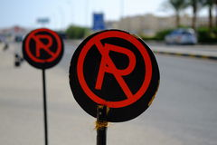Czerwony i czerni żadny parking znaka na drodze Zdjęcia Stock
