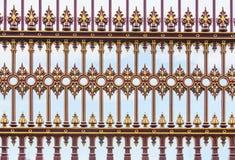 Czerwony i złoty ciskający żelaza ogrodzenia tło obraz royalty free