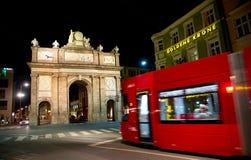 Czerwony Innsbruck nocy tramwaj w ruchu - Obrazy Stock