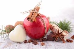 Czerwony jabłko, ciastko i pikantność, obraz stock