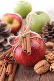 Czerwony jabłko i cynamon obraz royalty free