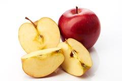 Czerwony jabłko i plasterki odizolowywający Obraz Stock
