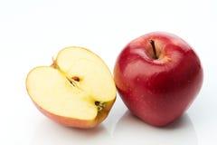 Czerwony jabłko i połówka odizolowywający na bielu Zdjęcia Royalty Free