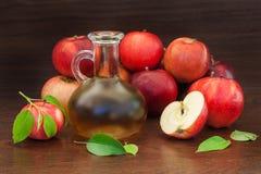 Czerwony jabłko i sok lub zdjęcia stock