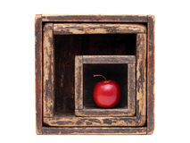 Czerwony jabłko w starym drewnianym pudełku Fotografia Royalty Free