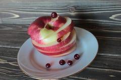 Czerwony jabłko z cranberry na białym naczyniu, Obrazy Royalty Free