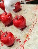 Czerwony jabłko z karmelizującym cukrowym syropem i drewnianym kijem Zdjęcie Stock