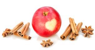 Czerwony jabłko z sercem, cynamon, anyż obrazy stock