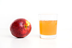 Czerwony jabłko z szkłem naturalnie chmurny sok Zdjęcie Stock