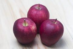 Czerwony jabłko na drewnianym tle zdjęcia royalty free