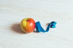 Czerwony jabłko z pomiarem Obrazy Royalty Free