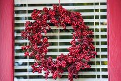 Czerwony jagoda wianek na szklanym drzwi obrazy royalty free