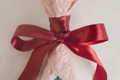 Czerwony jedwabniczy łęk na bukiecie kwiaty, czuły tonowanie, świąteczny bukiet Obraz Royalty Free