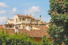 Czerwony kafelkowy dach na gorącym letnim dniu Fotografia Stock