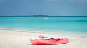 Czerwony kajak na białej piasek plaży i turkusowa laguna w Maldives fotografia stock