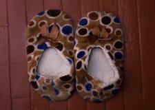 Czerwony kapcia but na błękitna tekstura dekorującym dywan maty miękkości wnętrza podłogowym domu Obrazy Stock