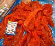Czerwony kawior na rybiego rynku pokazu kontuarze, tło Proteinowy zdrowy jedzenie obrazy royalty free