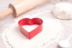 Czerwony kierowy ciastko krajacz i toczna szpilka obrazy royalty free
