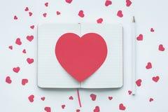 Czerwony kierowy kształt na białym notepad tle miłość, valentine Zdjęcie Stock