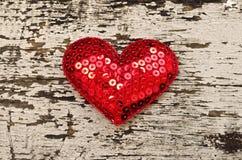 Czerwony kierowy kształt na drewnianym tle ja obrazy royalty free